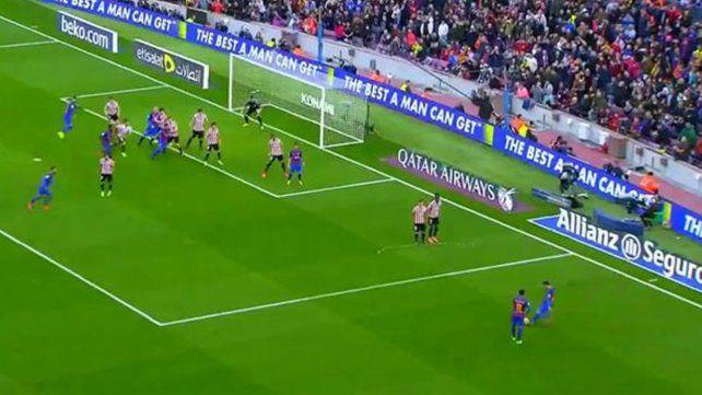 El gol de Lionel Messi desde un ángulo imposible, y con la complicidad del arquero
