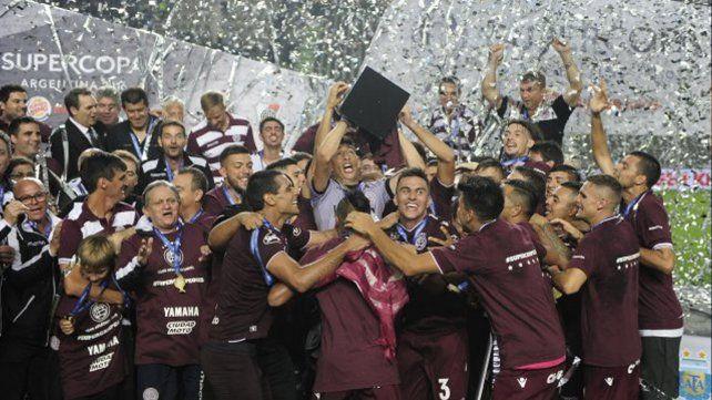Lanús goleó a River y levantó la Supercopa