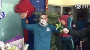El festejó de cumpleaños de Tevez en China y con tortazo incluido