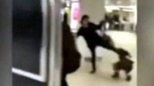Una madre patea en la cara a su hija en una estación de tren