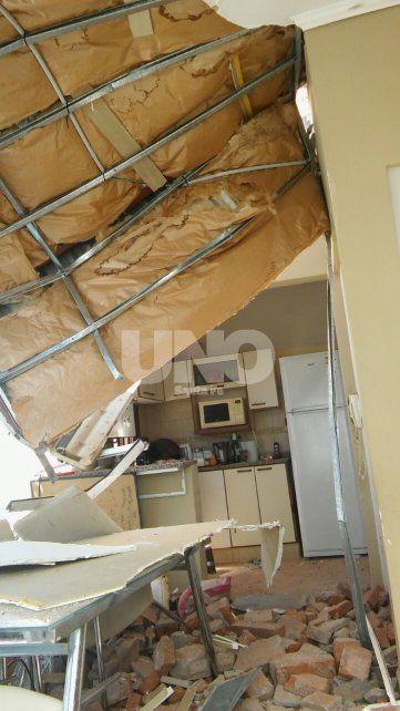 El comedor. Así quedó tras la caída de una extensa pared del edificio vecino
