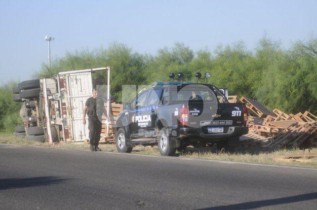 Elocuente. El camión quedó completamente acostado en la banquina y el camionero resultó ileso.