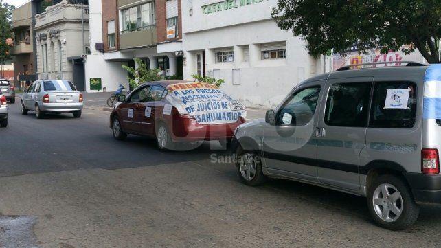 Minutos antes de las 9.30 salió la caravana de familiares de presos por delitos de lesa humanidad hacia los Tribunales Federales.
