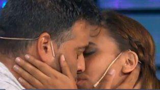 Después de que la dejara en vivo, un apasionado beso
