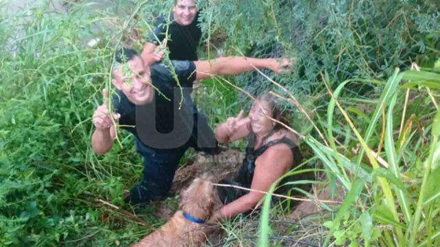 Los agentes del Comando que se arrojaron a las aguas para rescatar a la mujer y su perro que cayeron al desprenderse parte de la barranca en Sauce Viejo
