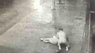Un hombre desnudo atacó a golpes a una mujer en una parada de colectivos