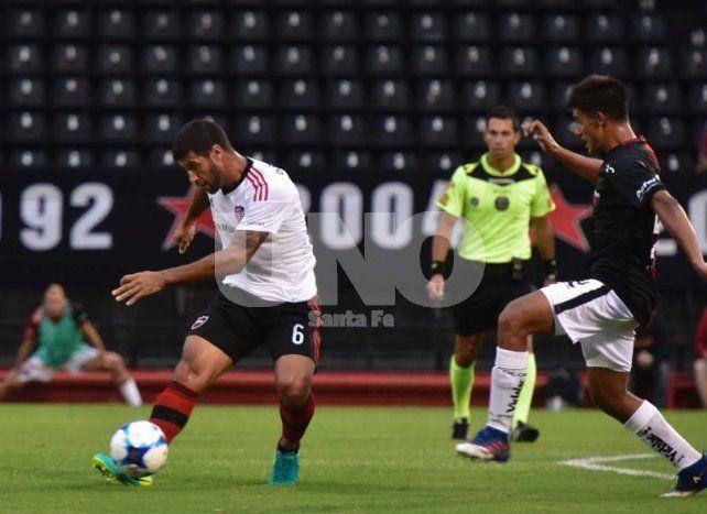 Leguizamón presiona a Domínguez en el partido ante Newells en Rosario.