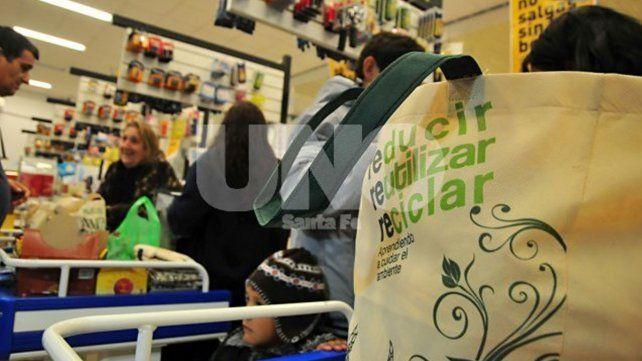 Claves para entender la prohibición de bolsas plásticas en los comercios