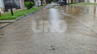 Una laguna: caño de agua roto en Laprida al 3800