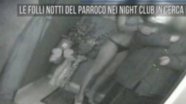 Un sacerdote fue sorprendido en un club nocturno con mujeres: Peco y luego me confieso