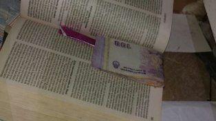 Madre e hija escondían dinero y droga para la venta en una Biblia