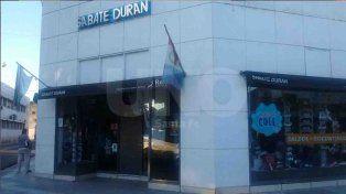Rompieron la vidriera y robaron un maniquí con ropa deportiva en Sabaté Durán