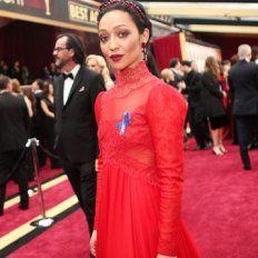 Qué significa la cinta azul que lucen las celebridades en los Oscar