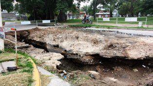 un socavon preocupa y desvela a los vecinos de paraguay y crespo, frente al parque garay