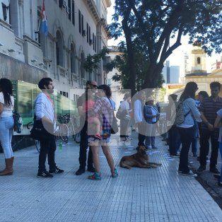 Afuera de tribunales. Una multitud se hizo presente para pedir justicia por el joven accidentado.
