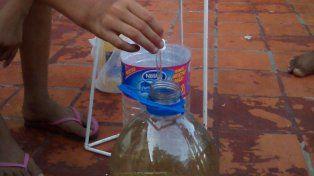 Vecinos de Colastiné Sur purifican el agua para su consumo diario