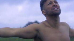Pablo Ruiz cabalga desnudo en su relanzamiento como cantante