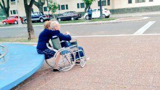 La hermosa historia de amor de los ancianos de la plaza contada en primera persona