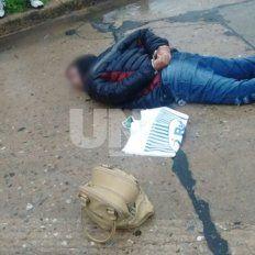 B° General Alvear: Cayó ladrón que asaltó a una mujer y en la huida chocó a un auto con su moto