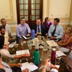Nueva reunión. Los ministros González y Genesini junto a demás miembros de la mesa paritaria.
