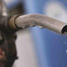 Las estaciones de servicio podrían cobrar un plus por litro de nafta