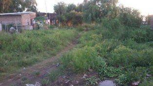 Un caño roto inunda la calle y deja incomunicados a vecinos de barrio Cabal
