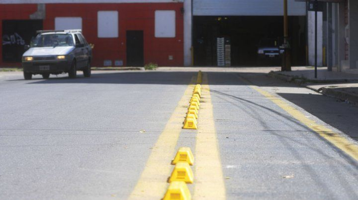 Instalaron cordones para evitar que los autos estacionen en la Ciclovía de Ituzaingó