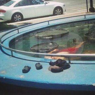 Otra foto viral en la plaza 25 de Mayo: tenía calor y decidió refrescarse en la fuente