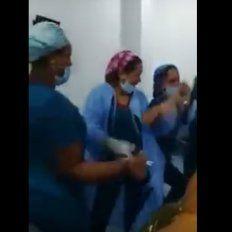 Polémica en Colombia: enfermeras bailan en un quirófano junto a una paciente desnuda