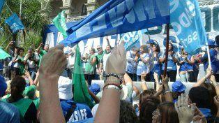 Los docentes santafesinos marcharon en el microcentro por el salario