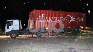 Noche cerrada y lluviosa. Así fue encontrado el rodado con el container.