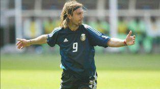 Emblema. Gabriel Omar Batistuta, de paso por Colón como asesor deportivo, fue ignorado por los jugadores de la Selección