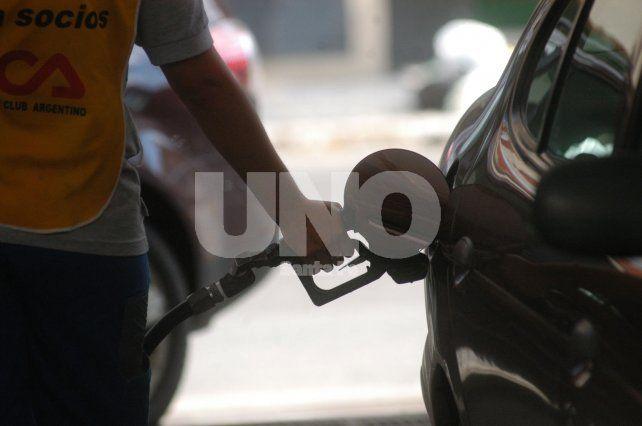 Escalada del dólar y desregulación del mercado: ¿suben las naftas otra vez?