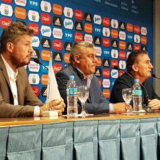 En conferencia. El Patón habló, pero no aceptó preguntas, en compañía de Claudio Tapia y Marcelo Tinelli.