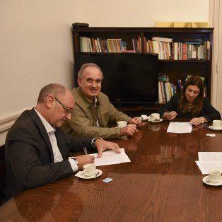 Diálogo. El acta se firmó tras las negociaciones paritarias.