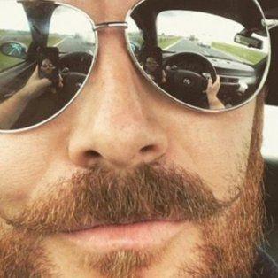 Se sacó una selfie en el auto y su reflejo reveló algo: ahora lo busca la policía