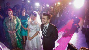 Sorprendieron a todos con una falsa boda en el lanzamiento de su nuevo trabajo
