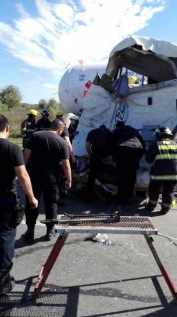 Las fotos de cómo rescataron al camionero atrapado en el choque de la autopista