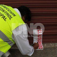 La municipalidad clausuró dos comercios por arrojar desechos en espacios públicos