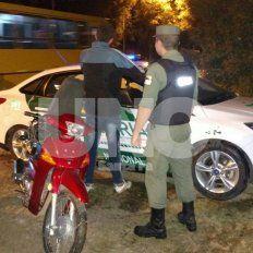 El delincuente, al momento de ser detenido con la moto robada.