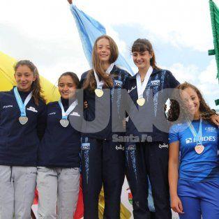 Bien arriba. Paulina (medalla de oro, izquierda) se consagró campeona sudamericana en el K2 200, 500 y 1000 metros.