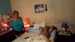 Tras el ataque. El hombre en su casa acompañado por su esposa.
