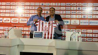 Pablo Marini junto al directivo Eduardo Zin, durante la presentación realizada en la tarde de hoy