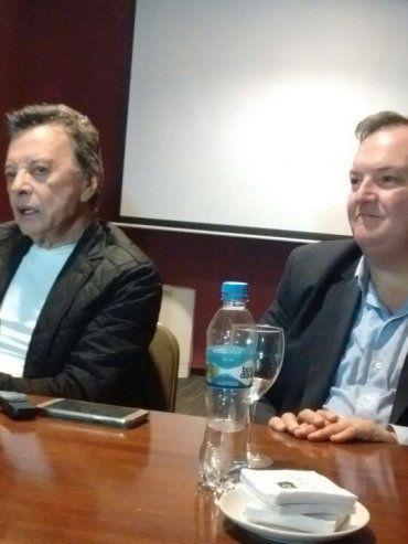 Éxitos. Palito Ortega volverá a cantar en San Cristóbal luego de 40 años. En la foto, junto al senador Felipe Michlig.