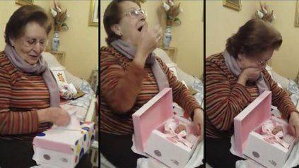 La emotiva reacción de una abuela que recibió de regalo una muñeca