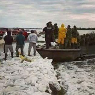 Pese a que el mal tiempo cesó, los vecinos e integrantes de instituciones civiles y sociales, siguen monitoreando la defensa.