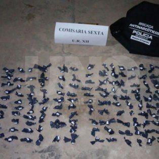 sorpresa y media: atraparon a dos jovenes vendiendo droga en una plaza de pozo borrado