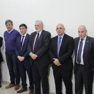 Documentos. Las autoridades provinciales y de ambas circunscripciones del Colegio de Escribanos de la provincia entregaron en un pendrive el informe a los periodistas.