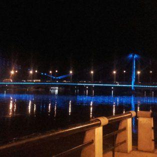 la provincia realizo la primera prueba de la nueva iluminacion del puente colgante