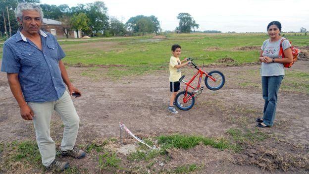 La familia de Víctor López es una de las 20 seleccionadas del plan piloto para Colonia Belgrano. La idea es que haya más y en otros pueblo. (Gentileza BBC Mundo)